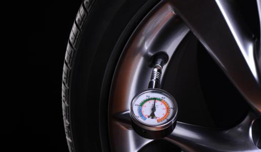 Sicherer unterwegs durch eine regelmäßige Prüfung des Reifendrucks