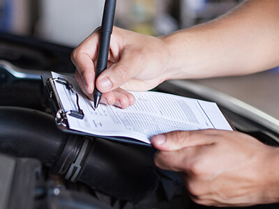 Überprüfung des Fahrzeugs anhand einer Checkliste für HU und AU