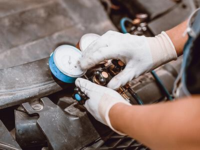 Professionelle Klimawartung am Auto mit speziellem Klimaservicegerät
