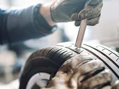 Kleiner Reifenschaden wird fachmännisch repariert