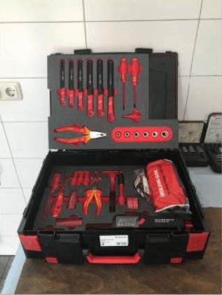 Offener Werkzeugkasten in der Werkstatt